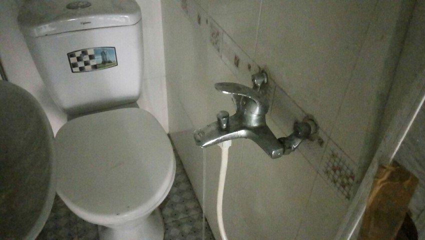 Thợ sửa chữa thay vòi nước bị rò rỉ giá rẻ